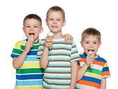 мальчики едят мороженое — Стоковое фото