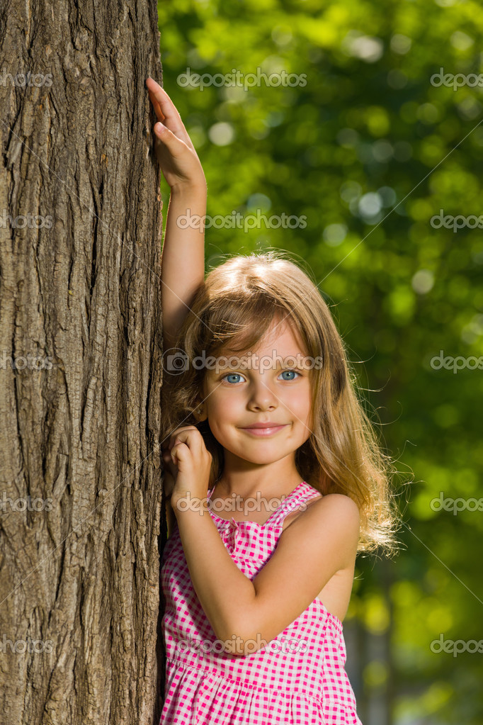 Девка у дерева фото 6 фотография