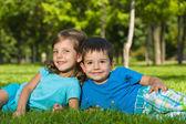 Odpočívá na zelené trávě v létě — Stock fotografie
