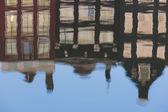 Reflektion av gamla amsterdam hus — Stockfoto