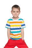 ストライプのシャツでうれしそうな小さな男の子 — ストック写真