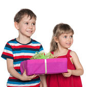 Two children hold a gift box — Stock Photo