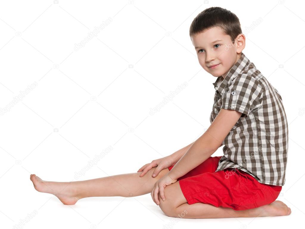 一个可爱的小男孩的侧面肖像