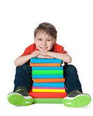 Skrattar söt pojke med böcker — Stockfoto