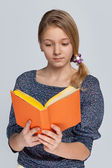 Pretty girl reads book — Stock Photo