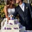 Cutting the wedding cake — Stockfoto