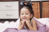 微笑女孩躺在床上 — 图库照片
