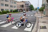 Niños en bicicleta a la escuela — Foto de Stock