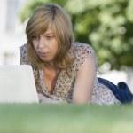Casual donna usando il portatile all'aperto — Foto Stock