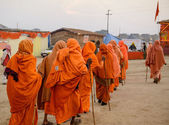 Pilgrims on the way to morning ablution — Stock Photo