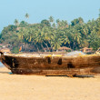 Old fishing boat on the sandy shore. In Goa — Stock Photo