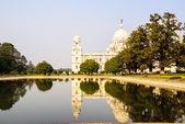 Victoria Memorial reflected in lake. Kolkata — Stok fotoğraf