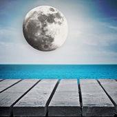 деревянный стол возле моря — Стоковое фото