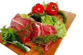 用蔬菜在砧板上的肉 — 图库照片