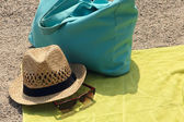 Hat, beach bag and the glasses on the rug — Stockfoto