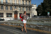 Szczęśliwe kobiety z torby na zakupy spaceru po mieście — Zdjęcie stockowe