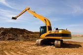 Turuncu ekskavatör inşaat sahasında — Stok fotoğraf