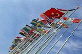 さまざまな国の旗は青い空を背景一緒に団結 — ストック写真