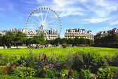 Park outside the Louvre in Paris. — Stock Photo