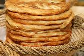 Tortilla med ost och dill i rotting korg — Stockfoto