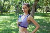 Tjej dricker vatten ur en flaska — Stockfoto