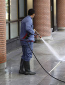 A man is cleaning with an high-pressure cleaner — Stock Photo