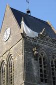 Kyrkan sainte mere eglise i normandie — Stockfoto