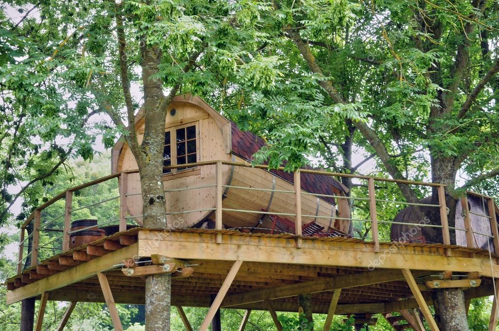 Normandie caba a de madera en un rbol en el parque del - Cabanas de madera en arboles ...