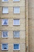 Muro di mattoni con molte finestre — Foto Stock