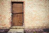 дверь в стене желтый — Стоковое фото