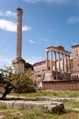 Kolommen ruïnes in foro romano - roma - italië — Stockfoto