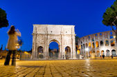 Colosseo and Arco di Constantino night view with tourist at Roma — Stock Photo