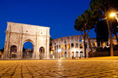 Colosseo and Arco di constantino night view at Roma - Italy — Stock Photo