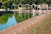Canopo con estatuas en villa adriana en roma - italia — Foto de Stock