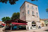 παλιό πέτρινο πύργο και μπαρ στην παλιά είσοδο πόλη krk σε krk — Φωτογραφία Αρχείου