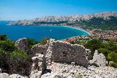 Baska zálivu moře a město od panoramatická vyhlídka poblíž starověké rui — Stock fotografie