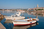 Dvě lodě na malý přístav, v blízkosti starého města krk - chorvatsko — Stock fotografie