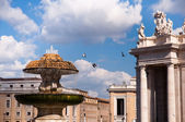 Fountain at St Peter square with pigeons in Vaticano — Stock Photo