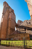 遺跡のレンガの壁とローマでカラカラにフェンス スプリングス — ストック写真