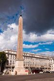 Obelisk na piazza di laterano z burzliwy niebo w rzymie — Zdjęcie stockowe