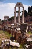 Ruins of columns and tito arc at Roman forum — Stock Photo
