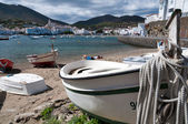 Row boat with rope docked on Cadaques beach — Stock Photo