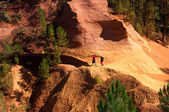 Two turist walking on Le Sentier des Ocres in Roussillon in Fran — Stock Photo