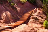 Wooden stairs on Le Sentier des Ocres in Roussillon in France — Stockfoto