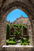 Arc and garden at Saint Just Cathedral cloister at Narbonne in — Stock Photo