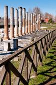 Colonne e recinzione su area archeologica di aquileia — Foto Stock