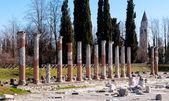римские колонны и колокольня в аквилее — Стоковое фото