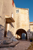 Houses inside Lubenice ancient town in Cres — Stock Photo