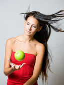 Giovane brunetta giocoleria mela fresca. — Foto Stock