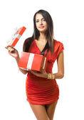 Piękna brunetka z jasne czerwone pudełko. — Zdjęcie stockowe